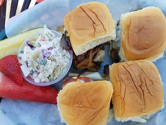 เจนัว, เนวาด้า: Tri-tip Swiss Sliders w/housemade coleslaw - OMTASTY!!