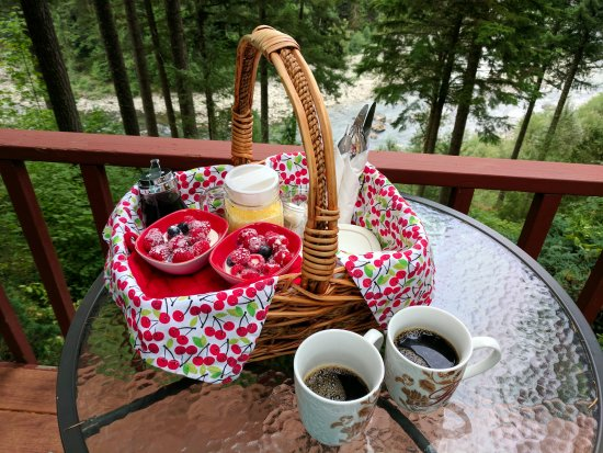 The Roaring River Bed & Breakfast: Delicious breakfast delivered to our door every morning in this cute basket.