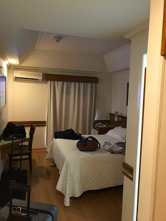 Hotel Bella Italia: Quarto com ar condicionado individual, tv a cabo e frigobar.