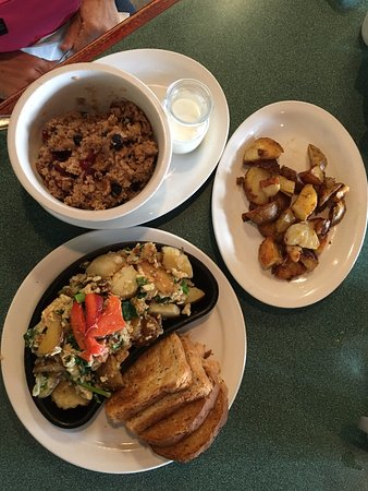 Pictou, Καναδάς: Hearty oatmeal, veggie omelette, and yummy potatoes
