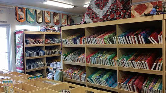 Grants Pass, Oregón: Just one view of the many quilts and fabrics on display - a must see for the travelling quilter