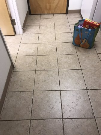 Pinedale, WY: Kitchen tile was very filthy and unclean grout