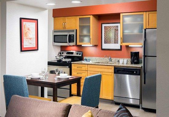 Placentia, CA: Studio Suite Kitchen