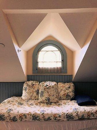 Easton, MD: Tilghman Island Room: Day bed under Victorian dormer window