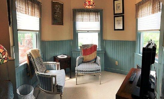 Easton, MD: Tilghman Island Room: Queen Anne Turret sitting room
