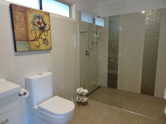Mount Cotton, Australia: Bathroom Area with Walk-in Shower