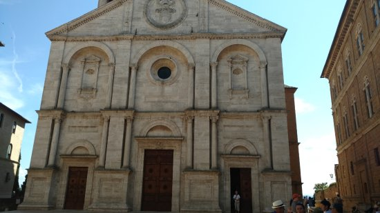 Pienza, Italy: Front facade of the cathedral