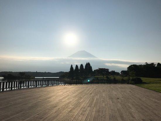 Lake Tanuki: キャンプ場のデッキスペースからの富士