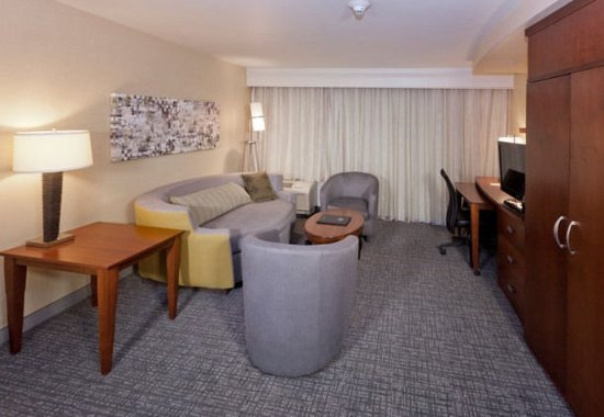Rancho Cucamonga, CA: King Suite Living Area
