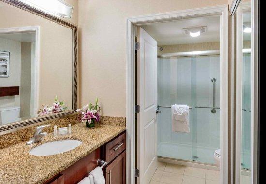 Auburn, ME: Suite Bathroom