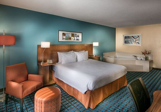 Chester, VA: Spa King Guest Room
