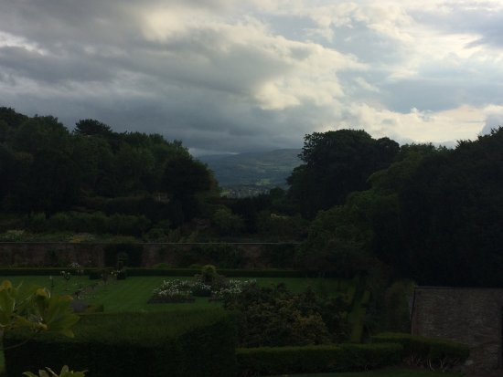 Bodysgallen Hall & Spa: From the garden there is a view to the castle in Conwy