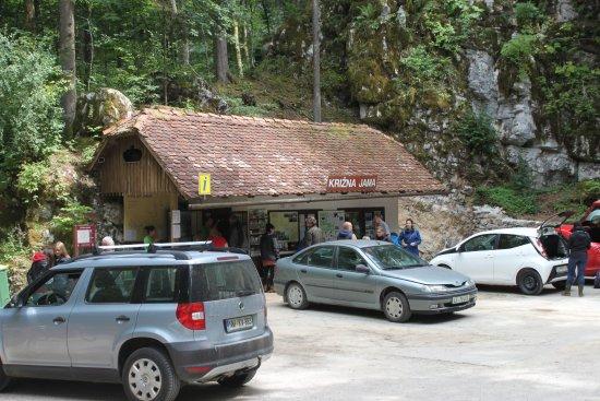Grahovo, Slovenia: Возле входа в пещеру.