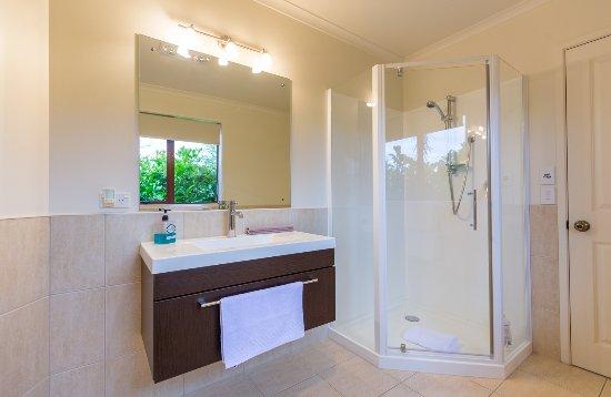 Mapua, Nieuw-Zeeland: Fantail Suite en-suite with under floor heating, towel rail, robes & locally sourced toiletries.