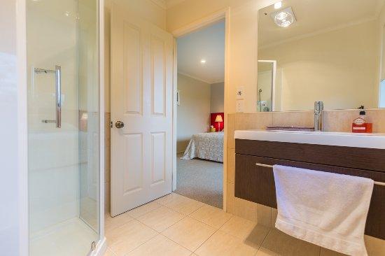 Mapua, Nieuw-Zeeland: Bellbird Suite en-suite. Under floor heating, towel rail & locally sourced toiletries & also rob