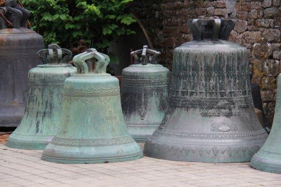 Villedieu-les-Poeles, ฝรั่งเศส: quelques cloches exposées dans la cour.*
