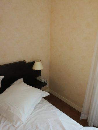 Vernantes, Prancis: Sale, avec une odeur forte irrespirable et obligé de laisser la fenêtre ouverte toute la nuit, v