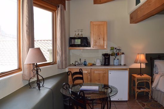 The Rooms Upstairs: Kitchenette in Room #4