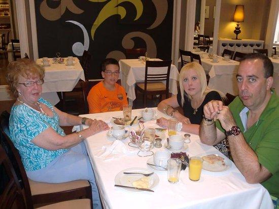 Condado Hotel Barcelona: desayunando en familia