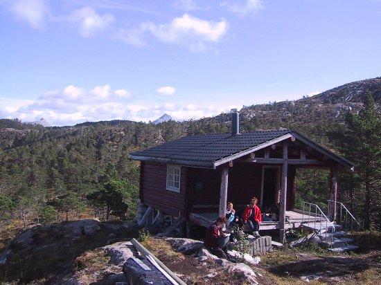 Bindal Municipality, Norwegia: Blåfjellstua, ligger i et område der landskapet åpner seg og  det er fin utsikt mot fjord og fje