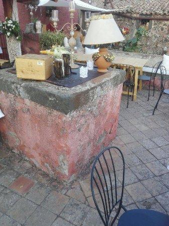 Biancavilla, Włochy: La cisterna, parte della struttura, finemente abbellita con candele e bicchieri