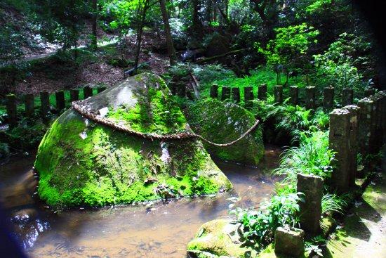 Miyakonojo, Japan: 岩が大きく割れた神石
