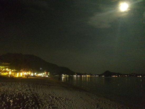 Weekender Resort: Пляж Ламаи днем и ночью