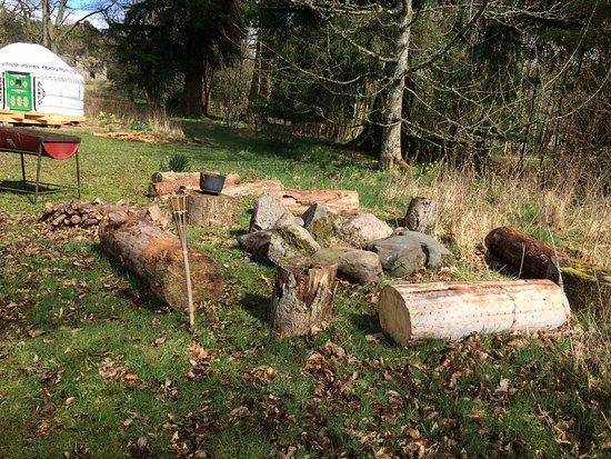 Alyth, UK: Yurts fire pit and barbecue area