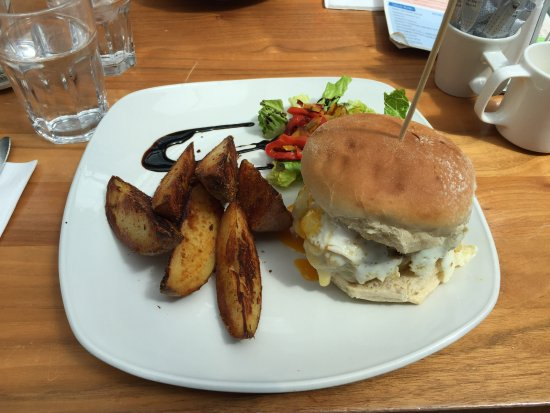 Drogheda, Irland: Relish Burger with egg on it, short on wedges tho...
