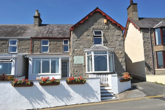 Water's Edge B&B: Waters Edge Apartment is on the upper floor of a beautiful Victorian house opposite  Benllech be