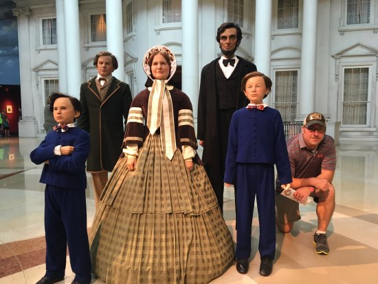 Museum dan Perpustakaan Presidensial Abraham Lincoln: people pose with Lincoln family mannequins