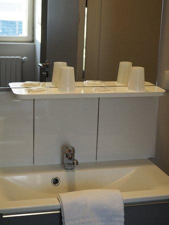 Precigne, France: Salle de bains avec savons (la douche est très moderne)