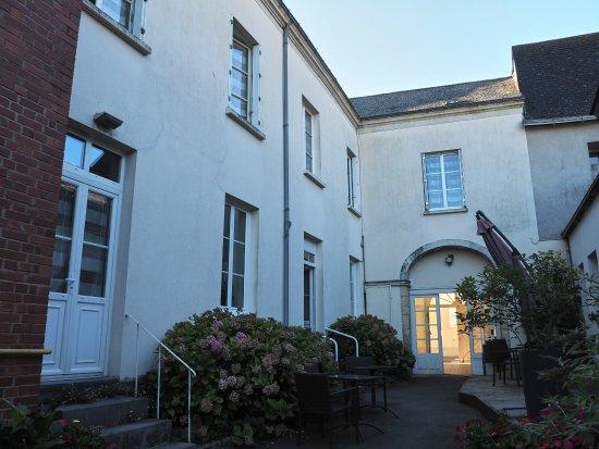 Precigne, France: La cour intérieure de l'hôtel