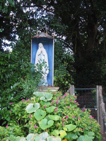 Precigne, France: Pour anecdote (discrète), le fond du jardin de l'hôtel rappelle le passé de l'établissement
