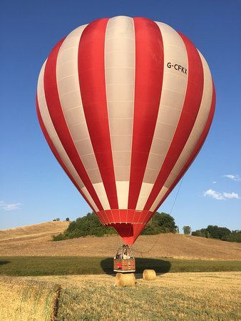 Ballooning in Tuscany: An expert landing on a hay bale - followed by a champagne breakfast!