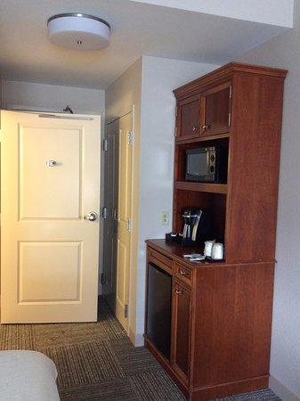 Hilton Garden Inn Wilkes Barre: Coffee station, closet and bthroom door