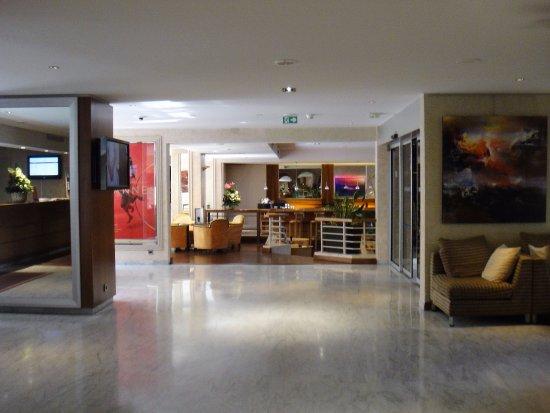 Mercure Cannes Croisette Beach: Spacious Reception area