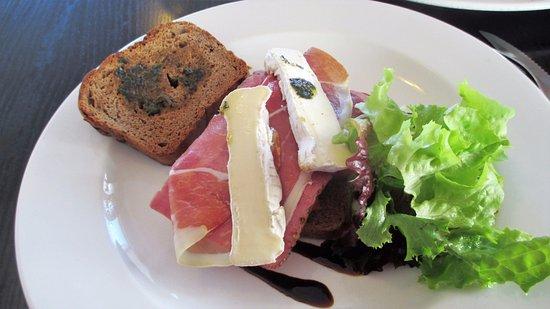Muizenberg, Sudáfrica: Prosciutto & Camembert Cheese with gluten-free toast.
