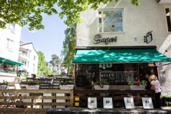 Farsta, Suecia: Kom och njut på vår underbara uteservering!