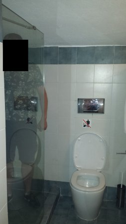 Laag plafond badkamer (persoon = 1,90m) - Foto van Erofili Beach ...
