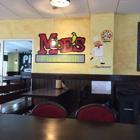 MOE'S Pizza Grill: Clean interior