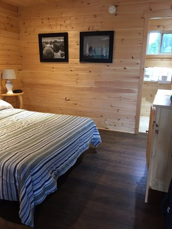Big Tub Harbour Resort: The bathroom facing to parking lot doesn't have window curtains.