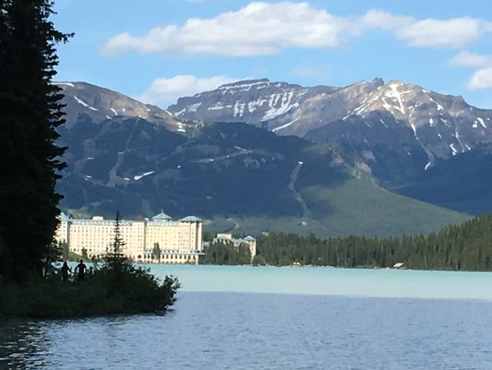 Fairmont Chateau Lake Louise: hotel from the lake trail