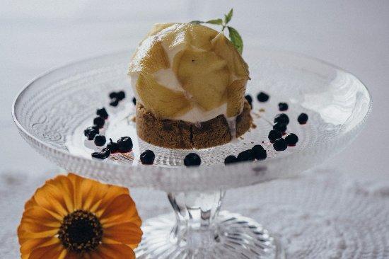 Murska Sobota, سلوفينيا: Elderflower ice cream with candied ginger on a crumble.