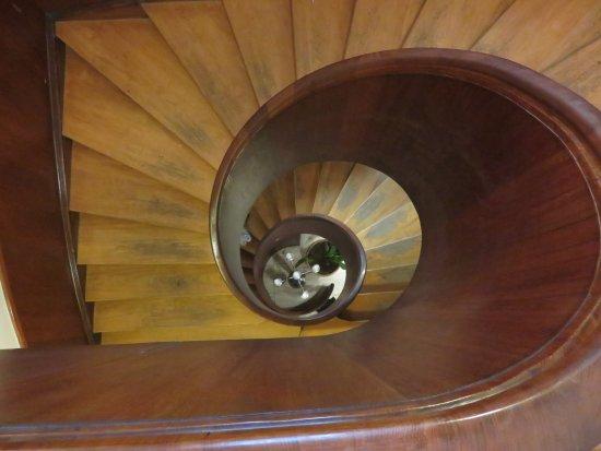 Hotel Vinhuset: Den runda trappan upp till andra våningen.
