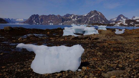 iceberg spiaggiati baia hotel kulusuk