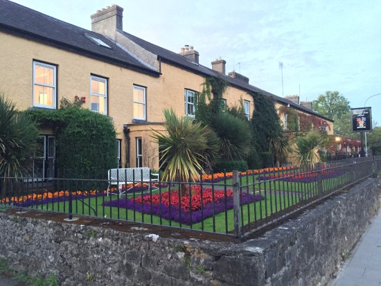 Dunraven Arms Hotel: Front of hotel and gardens