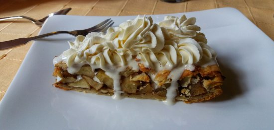 Sainte-Cecile, Francia: Tarte pomme with chantilly cream / as good as it looks