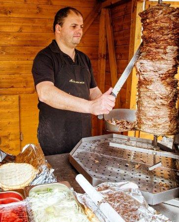 Bruckmühl, Deutschland: Vassilios bei der Gyros Zubereitung