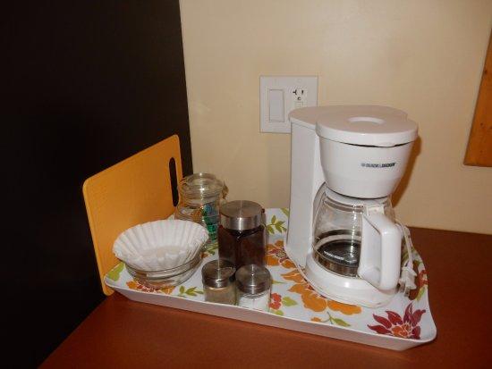 Gabriola Island, Kanada: Ground coffee, and tea provided. Milk is in the fridge.